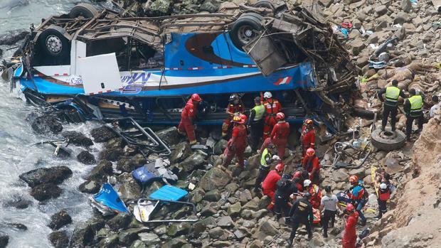 Al menos 48 muertos tras caer un autobús por un acantilado en Lima