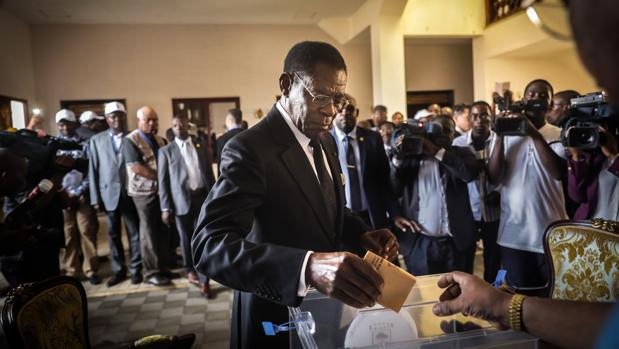El presidente Obiang vota en las elecciones legislativas del pasado noviembre