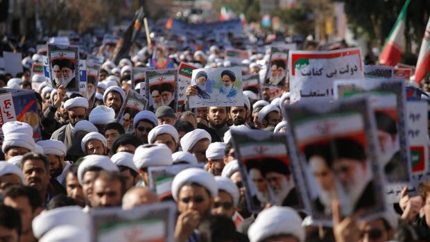 Manifestación de clérigos en Qom en favor del régimen