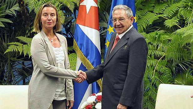 Federica Mogherini, con el presidente cubano, Raúl Castro, esta semana en La Habana - Efe