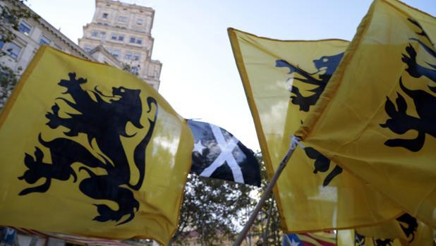 Banderas de Flandes y Escocia en una manifestación durante la Diada en Barcelona
