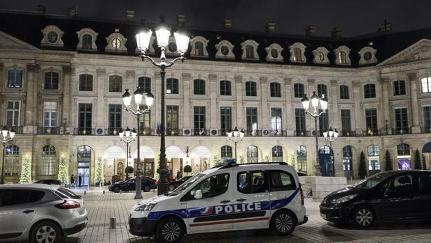 La Policía permanece estacionada en frente de la entrada principal del Hotel Ritz tras un cuantioso robo