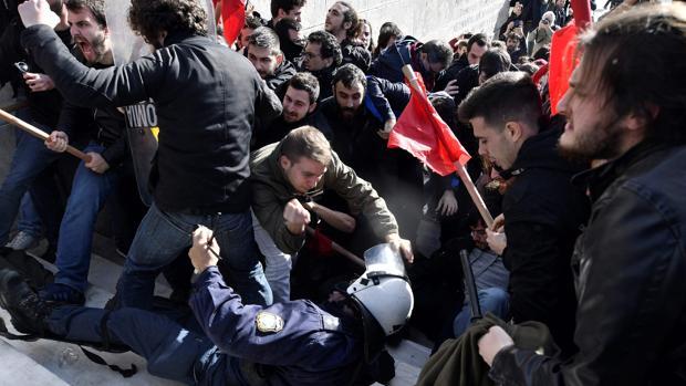 Un agente antidisturbios cae en enfrentamientos con los manifestantes de izquierdas en Antenas