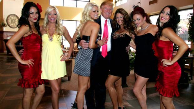 Donald Trump se siente cómodo rodeado de exuberantes mujeres