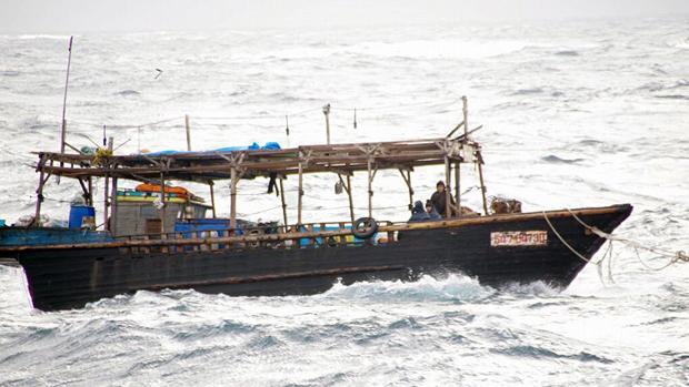 Hallan un nuevo barco fantasma norcoreano con 7 cadáveres en la costa de Japón