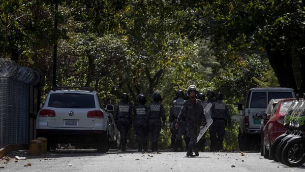 Militares y policías ante la morgue principal de Caracas, donde presuntamente está el cuerpo de Óscar Pérez