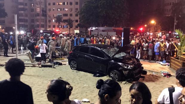 Estado del coche una vez se detuvo en la arena de la playa de Copacabana, en Río de Janeiro