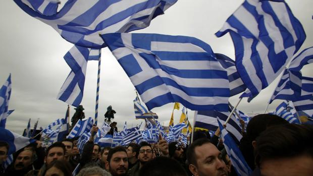 Miles de griegos protestan en Tesalónica contra la apropiación del nombre de Macedonia