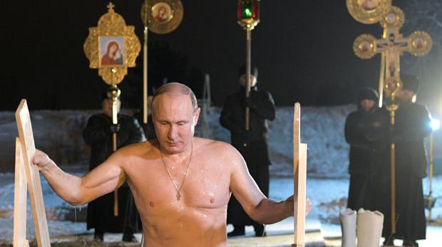 Putin se baña en aguas heladas para celebrar Epifanía ortodoxa
