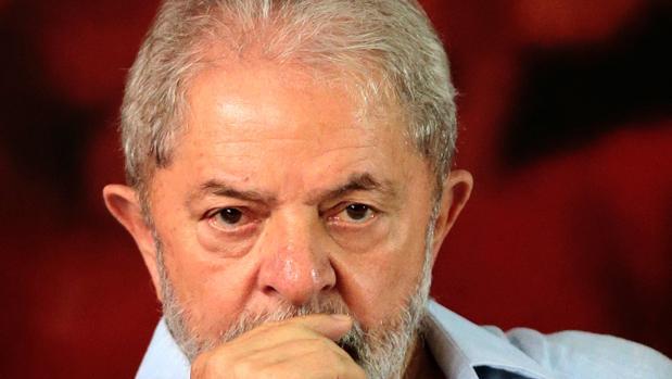 Un juez ordena retirar el pasaporte a Lula y le prohíbe salir de Brasil
