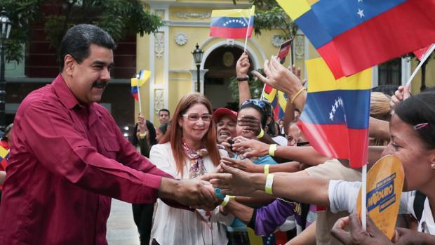 Nicolás Maduro (i), y su esposa, Cilia Flores (c), durante un acto de gobierno, ayer, en Caracas