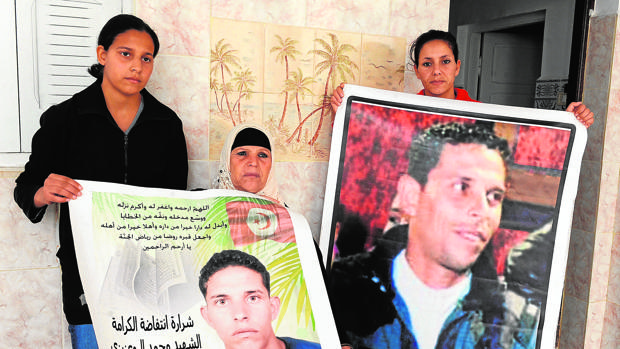 La revolución persigue a la familia del «mártir» de Túnez