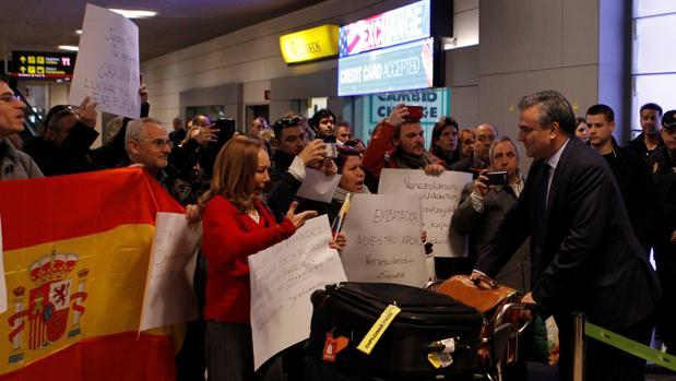 El embajador español en Caracas, Jesús Silva Fernández (c), a su llegada al aeropuerto