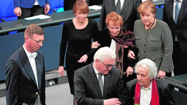 Steinmeier y Merkel con dos supervivientes del Holocausto