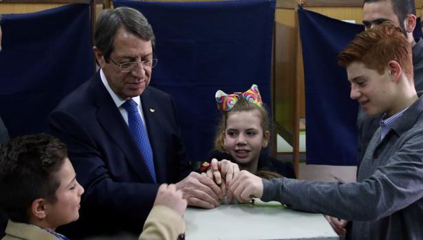 El conservador Anastasiades gana en Chipre según los sondeos a pie de urna