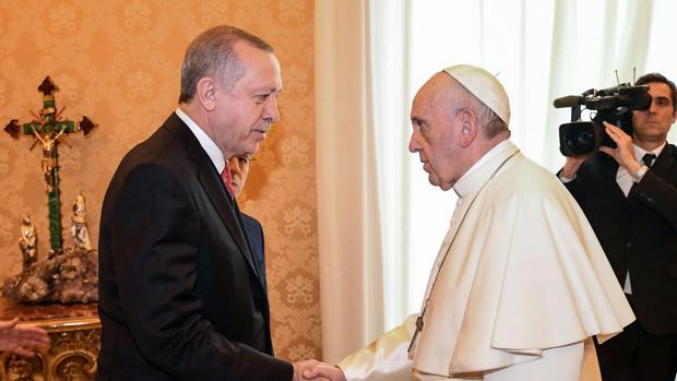 El Papa Francisco (d) recibe en audiencia al presidente turco, Recep Tayyip Erdogan (i)