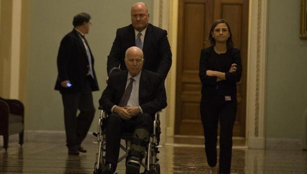 McCain apuesta por una nueva reforma migratoria con la oposición de Trump