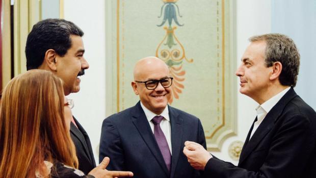 Maduro recibe a Zapatero en Caracas con el lema «Todos queremos la Paz»