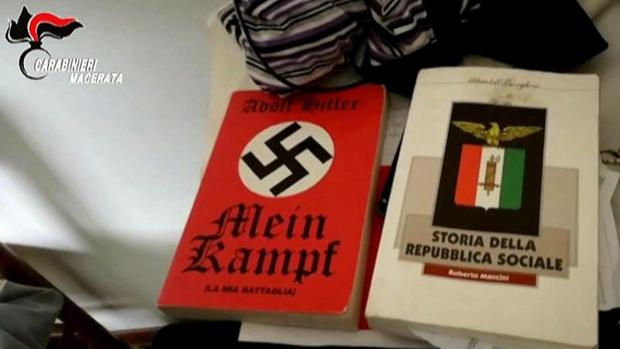 Dos libros de ideología fascista hallado en la casa de la madre del autor del tiiroteo racista el sábado en Macerata (Italia)