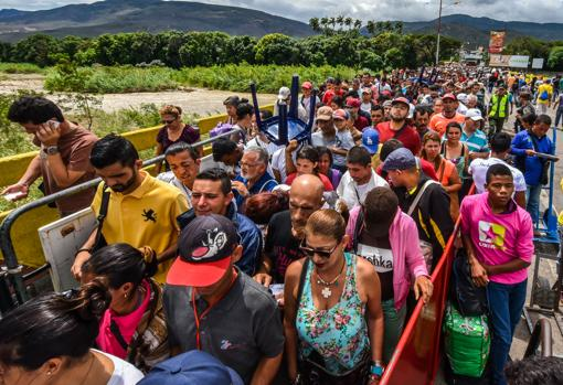Riadas de venezolanos cruzan a diario la frontera entre su país y Colombia