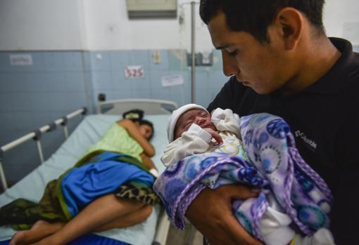 El venezolano José Luis González, con su hijo recién nacido en el hospital de Cúcuta