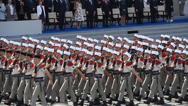 Imagen del último desfile por el 4 de julio en Paris, presidido por el presidente Emmanuel Macron, y al que asistió como invitado el presidente Trump