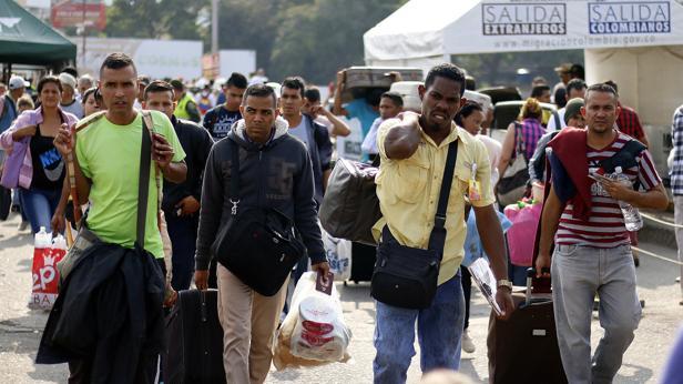 Fotografía fechada el 7 de febrero de 2018 de personas que cruzan el Puente Internacional Simón Bolívar, en Cúcuta (Colombia)