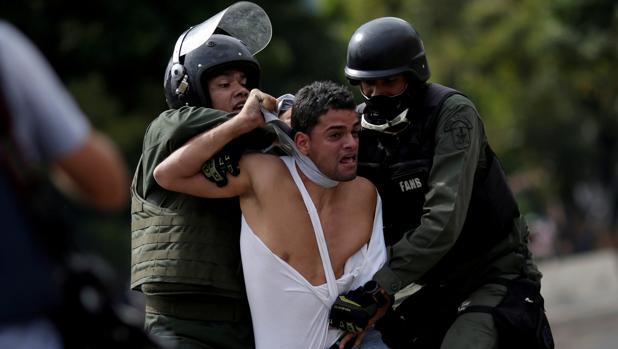 Un joven es detenido por las Fuerza Armada bolivariana durante una protesta en julio de 2017