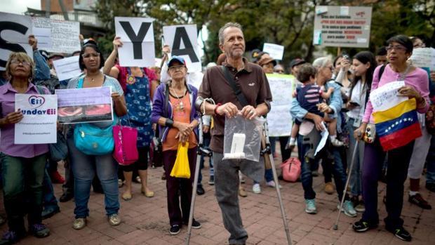Un grupo de personas participa en una protesta contra la escasez de medicinas y tratamientos, el pasado jueves en Caracas