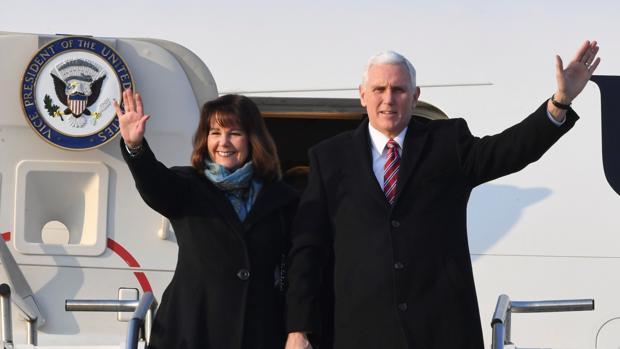Mike Pence y su esposa, en Corea del Sur