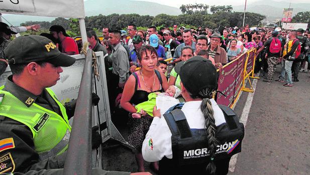Una multitud de venezolanos intenta entrar en Colombia a través de un puesto fronterizo