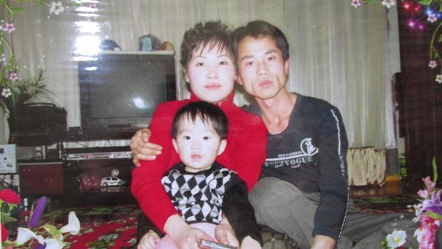 Lee Tae-weon, su mujer y su hijo en su casa de Corea del Norte
