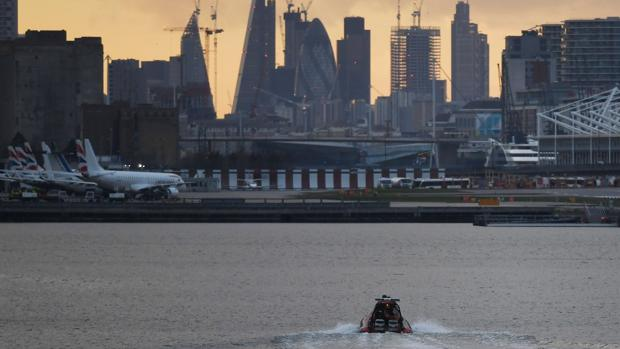 Reabre el aeropuerto de la ciudad de Londres después de retirar una bomba de la II Guerra Mundial