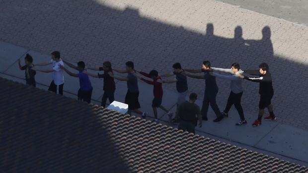 Un grupo de alumnos del instituto afectado, en el momento en que era evacuado
