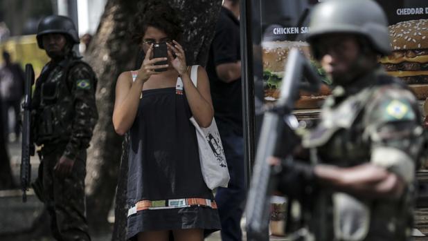 Polémico despliegue militar en Río de Janeiro para atajar la ola de violencia