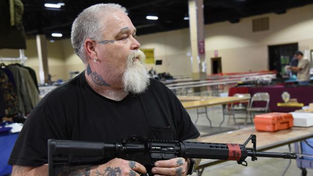 Un vendedor de rifles AR-15, en los preparativos de la feria de armas de Florida