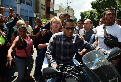 Luisa Ortega, en moto en Venezuela cuando ya se había rebelado contra el régimen