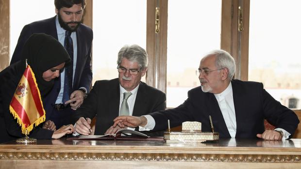 Dastis con su homólogo iraní, Zarif, en la firma de acuerdos en Teherán