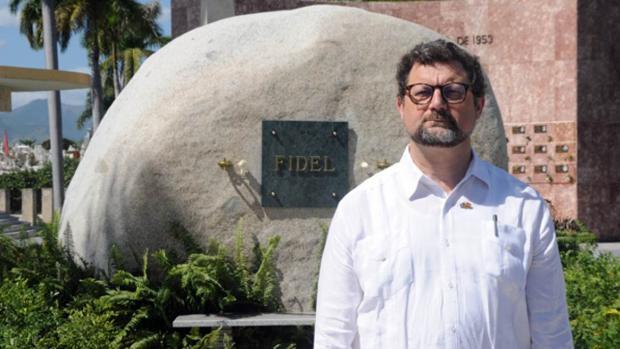 El embajador español en Cuba, Juan José Buitrago, ante la tumba de Fidel Castro en Santiago de Cuba