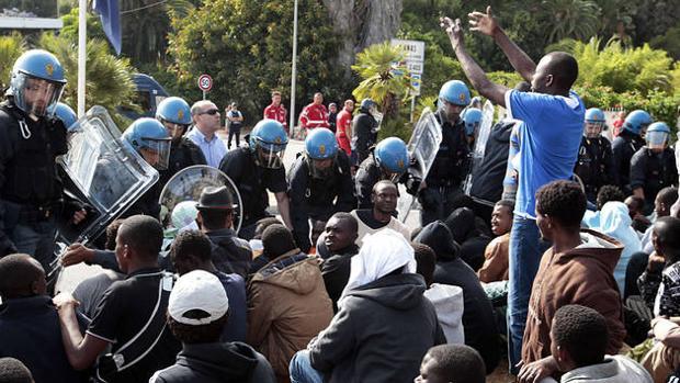 La lucha contra la inmigración abre las primeras grietas en el partido de Macron