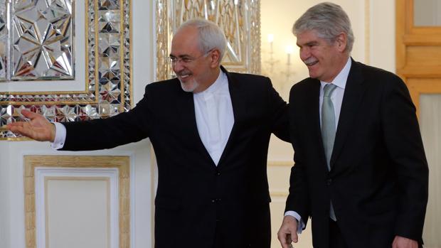 El ministro de Asuntos Exteriores iraní, Mohamed Javad Zarif, da la bienvenida a Alfonso Dastis