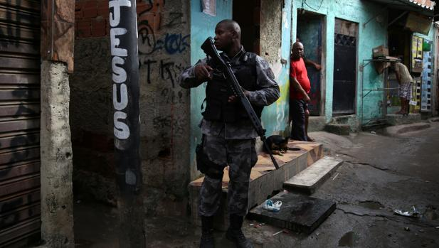 Un policía militar patrulla una favela en Río de Janeiro este martes