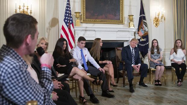 Donald Trump se reúne con estudiantes y profesores de secundaria en la Casa Blanca