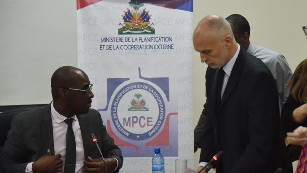 A la izquierda, el ministro de Planificación y Cooperación Exterior, ASviol Fleurant., durante una reunión con el resonsable de Oxfam en Latinoamérica, Simono Ticehurst