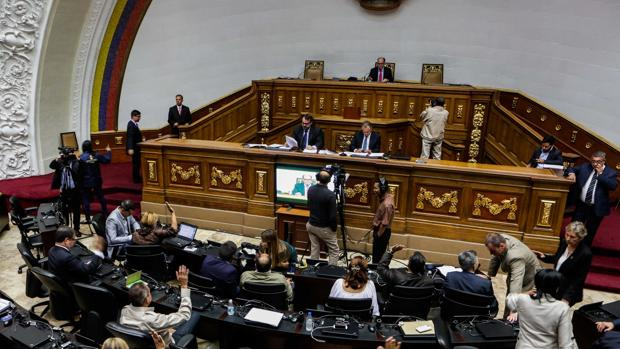 El Parlamento venezolano denuncia el «golpe de Estado» con la «megaelección» de Maduro