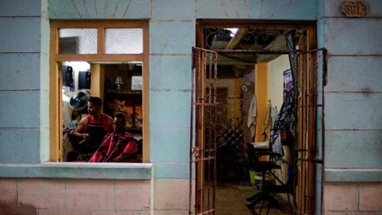 Peluquería de un «cuentapropista» (trabajador por cuenta propia) en La Habana - Reuters