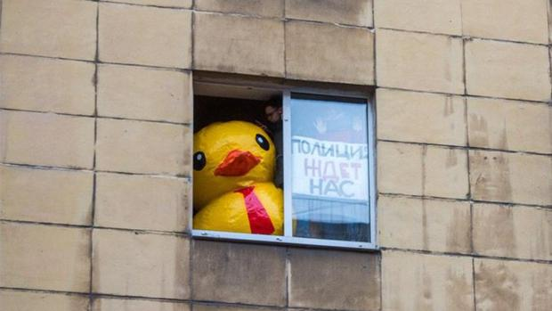 Encarcelan a un activista por mostrar un pato de goma gigante en una protesta en Rusia