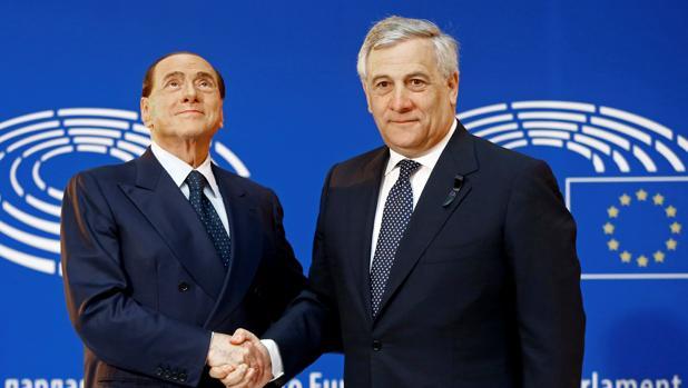Silvio Berlusconi con Antonio Tajani en Bruselas