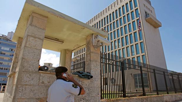 Un guardia de seguridad usa un teléfono móvil ante la Embajada de Estados Unidos en Cuba