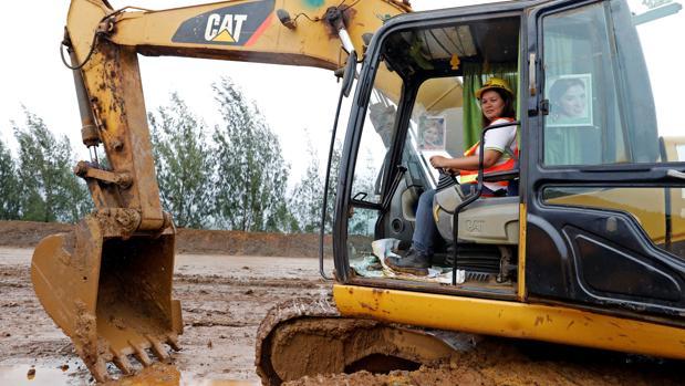 Filipina Grace Ocol, de 40 años, al mando de una excavadora en Tubay, al sur de Filipinas